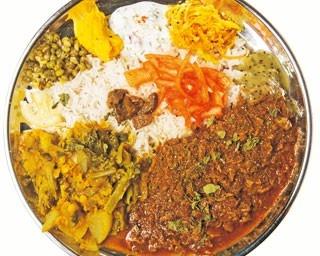 「2種盛り」(1200円)。カレーは基本的に肉と野菜の2種を提供。写真はブタバラカレーと菜の花のカレー/ムジャラ