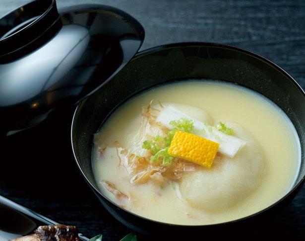雑煮(税抜1100円)は単品での注文は不可。ダシの旨味が白味噌の優しい甘さを引き立てる/志る幸