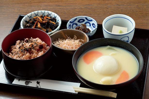 雑煮のほか、日替りのおばんざい1種と手作りごま豆腐、赤飯がセット/一乗寺中谷