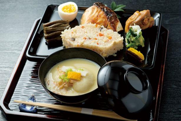 利久辯當(税抜2400円)。かやくご飯や焼き物など。プラス900円で汁を志る幸雑煮に変更可/志る幸
