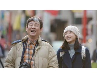 璃子(石井杏奈)を出産した翌晩に妻が亡くなり、以来男手一つで璃子を育ててきた肇(柳家喬太郎)。2人の広島弁のやり取りにほっこり