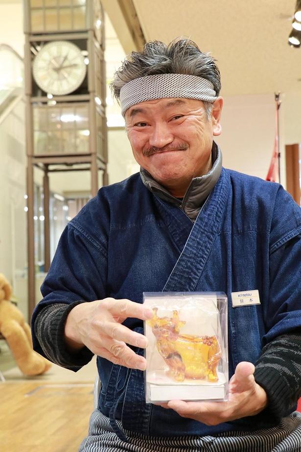 二代目龍昇こと笹本晋平さん(1964年辰年生まれ)。大学卒業後、父の昇さん(初代龍昇)に弟子入り。30年以上のキャリアを持つ、べっ甲飴細工師