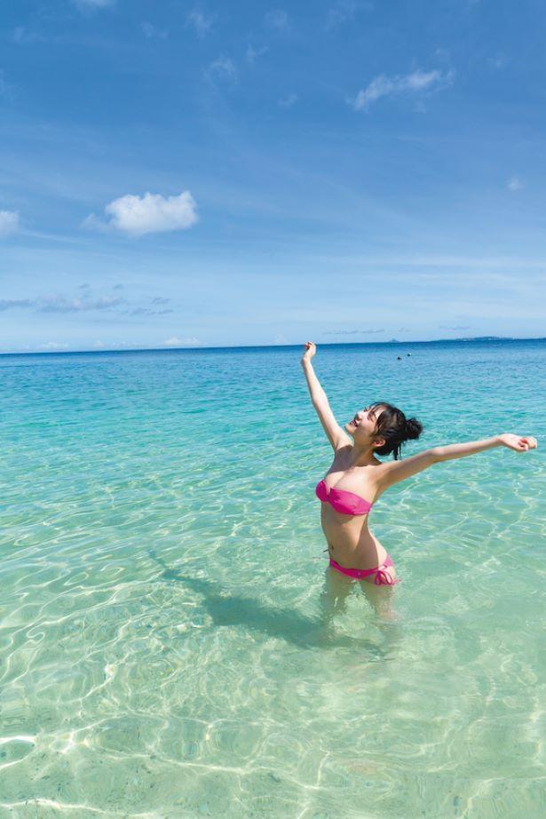 1st写真集『あなたの横の』より、沖縄のビーチにて(撮影:Takeo Dec.)