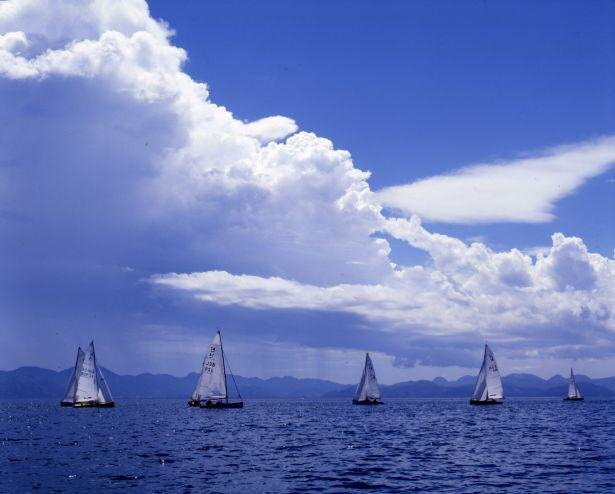 ボートやヨット、ジェットスキーなどマリンレジャーも盛んな猪苗代湖