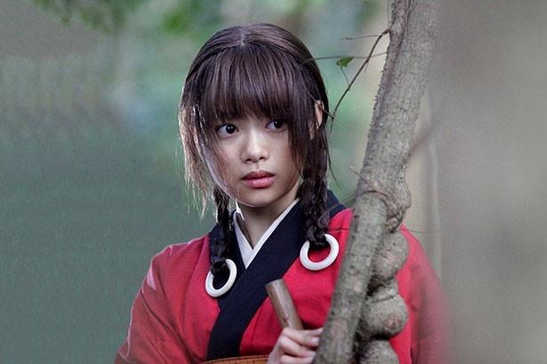 木村演じる万次に用心棒を依頼する少女・浅野凛