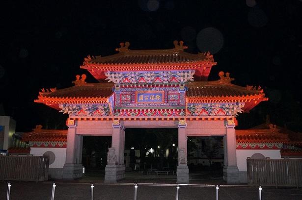 徐福公園のシンボル「楼門」が夜空の下に照らし出される