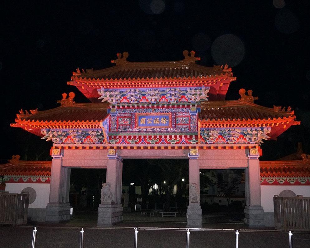 夜空に浮かび上がる極彩色の楼門、和歌山県新宮市の徐福公園でライトアップ実施中