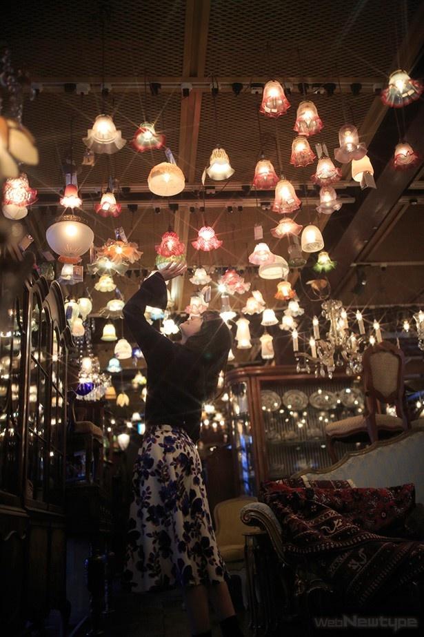 上田麗奈フォトコラム・優しい灯りとアンティークに囲まれて