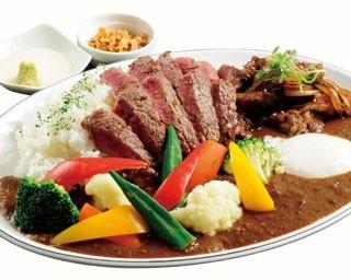 「KOTOBUKIカレー」(1680円)。牛スジカレーにロースステーキ130g、焼肉、野菜もゴロゴロ入った豪華な一品/KOTOBUKI