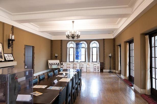清風亭の室内。長いテーブルが置かれ、重厚な雰囲気