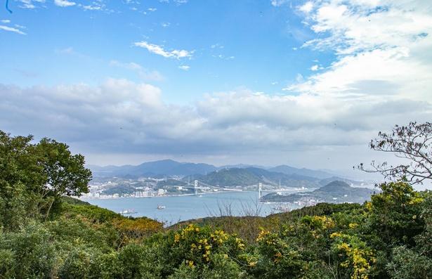 関門海峡と関門橋の港町らしい風景が広がる