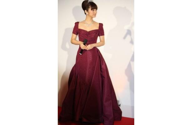 エレガントなドレスとアクセサリーを大人っぽく着こなした上戸彩さん