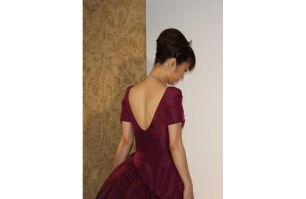 大きく背中が開いたドレスで招待客を魅了