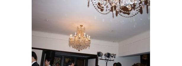シャンデリアが輝く邸宅の内装