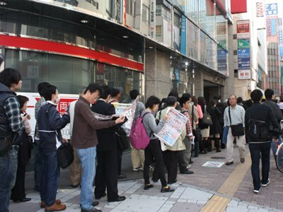 店舗の周りをぐるりと囲む行列は、オープン後もまだまだ続く