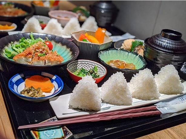 八十八(やそはち) /「4種のお米食べ比べおにぎりランチ」(950円)。1つ50gのおにぎりが4つ。おにぎりはお代わり可能(有料)