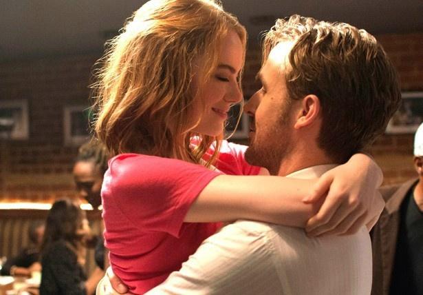 【写真を見る】ミアとセバスチャンが抱き合う胸キュンシーン