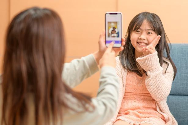 「タマになってる?」「なってるよ!」と楽しそうに写真を撮り合う綾香さん&なぎさちゃん