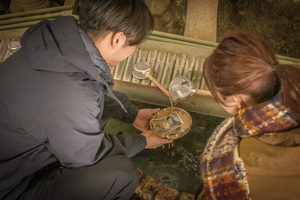 「お札は、隅っこを洗う程度で大丈夫なんだって」濡らしすぎると乾くのに時間がかかるので要注意