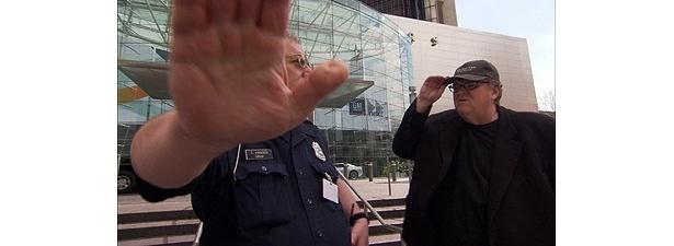 「撮影をやめろ!」と妨害されるマイケル・ムーア監督