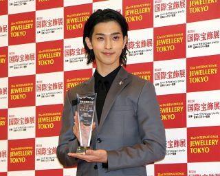 横浜流星、内田篤人がジュエリー賞選出。ジョークで会場沸かす