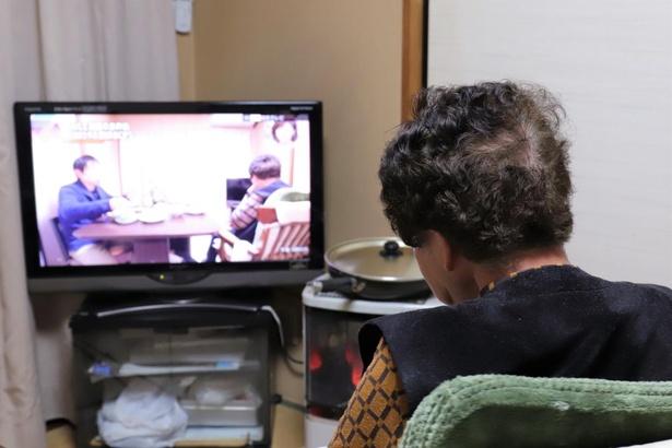 自身が出演するテレビを見るおばあは、微動だにしなかったという