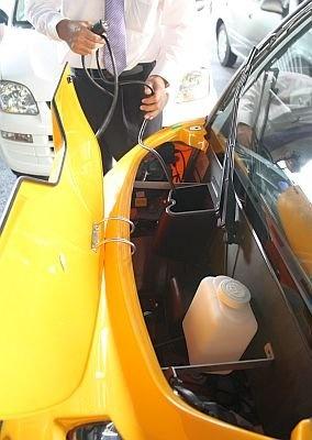 ボンネットの中は空っぽだ。シートの下に充電用のリチウムのバッテリーがある