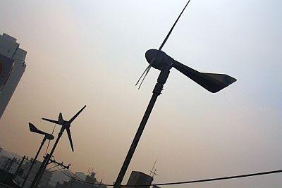 ECOレンタカーKOEIには屋上に風力発電機がついていて、車の充電に使っている。とってもエコ