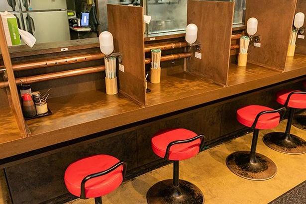 調味料なども各席に設置。消毒液用アルコールディスペンサーも自由に使える