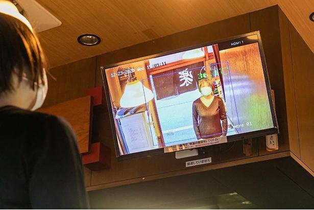入り口のAIサーマルカメラで高速検温し、目の前のモニターに映し出される