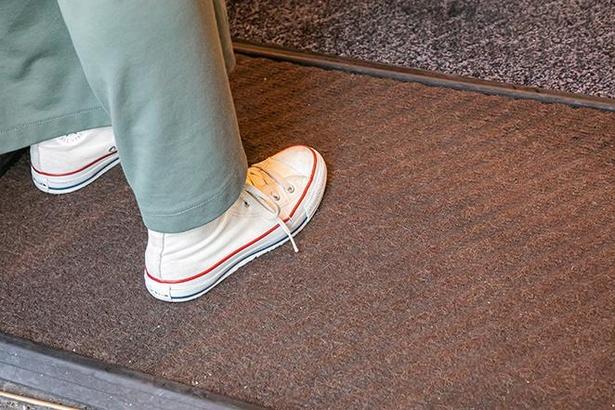 マットの上を歩くだけで一定量の消毒液が靴底を浸すので、消毒が手軽にできる