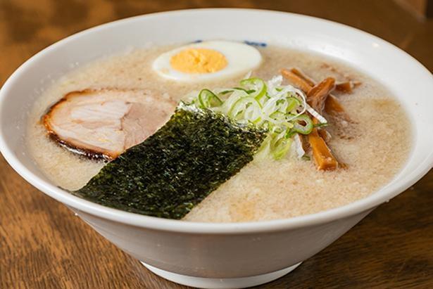 楽らーめん(690円)。豚骨スープに塩タレを合わせた、すっきり味。こちらは細縮れ麺を使用