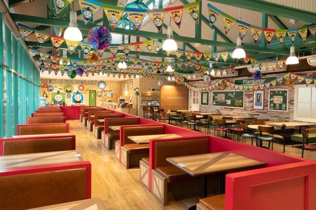 レストランは店内もトーマスの装飾が施されていて、楽しく食事ができそう!