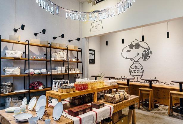 カフェではグッズの販売も。各店舗限定の商品もあり