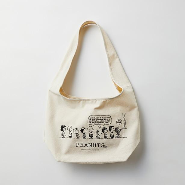 「オリジナル キャンバスショルダー」(税込4070円)。PEANUTSの仲間たちが勢ぞろい!
