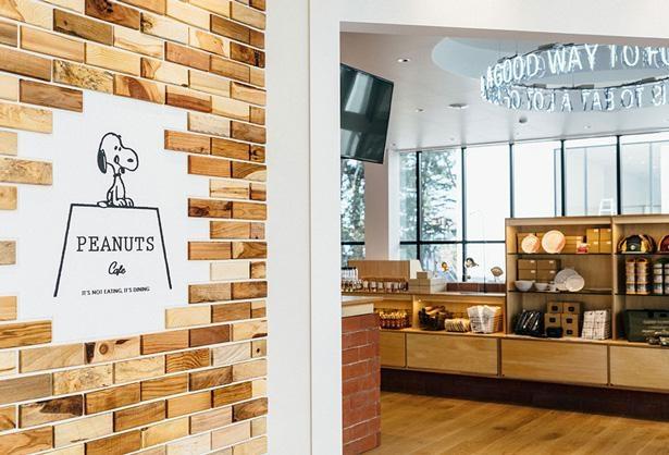 入口ではPEANUTS Cafeのロゴマークのスヌーピーがお出迎え