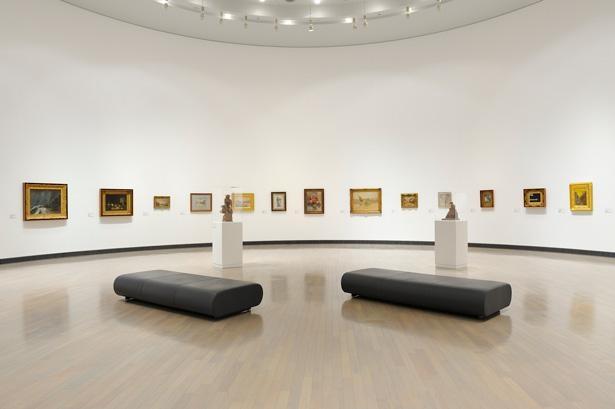 広々とした展示室では、多くの所蔵品の中から展覧会のテーマに沿った作品が選ばれ、並んでいる