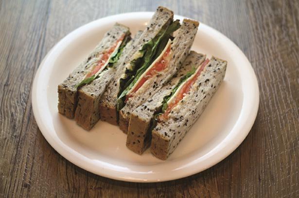 写真の「スモークサーモンサンド」以外にも、「えびとたまごのサンド」などサンドウィッチは全4種類。ピラフやロコモコなどのご飯メニューも用意されている