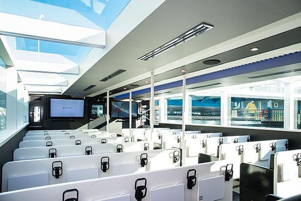船内はゆったりと座れるイス席。窓も大きくて景色もよく見られる