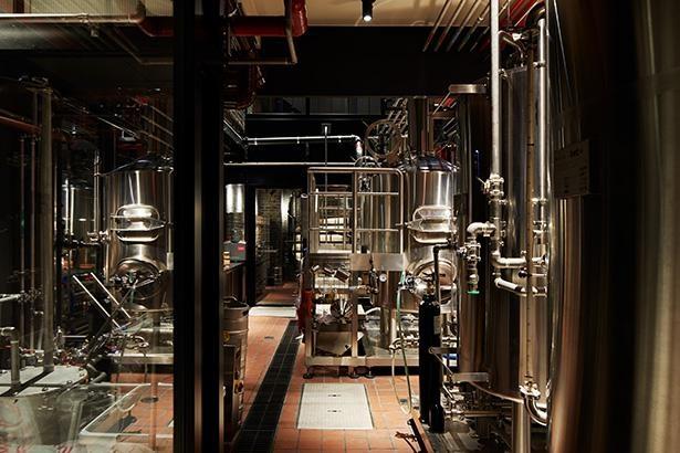 店内では、ジンの蒸留、ビールの醸造、コーヒーの焙煎を行い、それぞれオリジナルの一杯を楽しめる