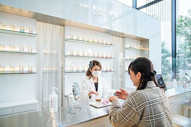 資生堂の商品を自由に試すことができるS/PARK Beauty Bar。カウンセリングスタッフに相談もできる
