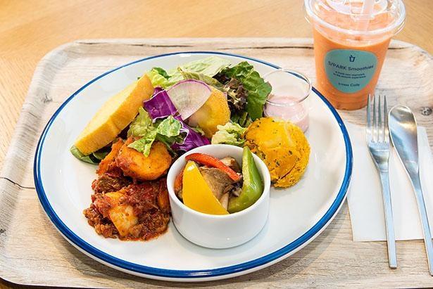 S/PARK Cafeで食べられるランチプレート(1,200円)。選べるデリ3種、サラダ、パン付き