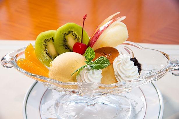 プルーンやリンゴ、キウイ、オレンジとプリン、バニラアイスの組み合わせで、大人も子供も喜ぶプリン ア ラ モード(1,485円)