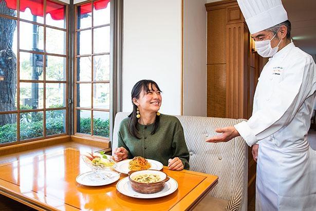 「ザ・カフェ」の料理長の長谷信明さんが発祥メニューの解説を丁寧にしてくれた
