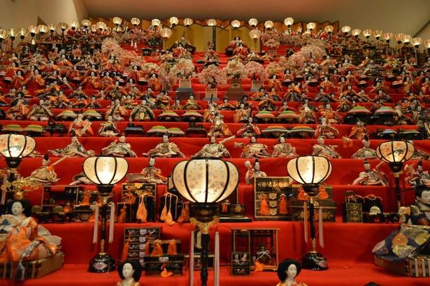 世界の民族人形博物館で見られる圧巻の三十段飾り
