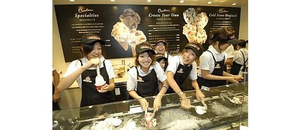 元気に歌い、アイスクリームを作るコールド・ストーンのクルーたち