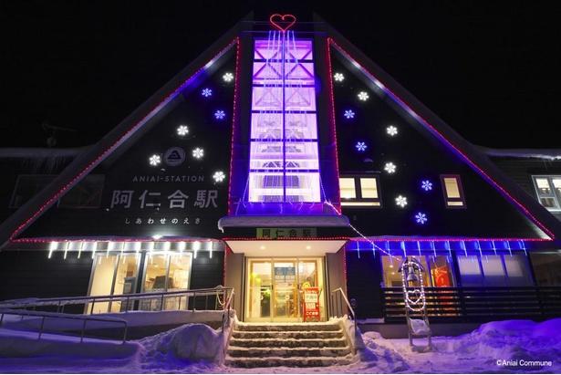 2月は16時30分から23時まで、3月は17時から23時まで点灯。また、期間中は阿仁合駅内で温かい飲み物が振る舞われる