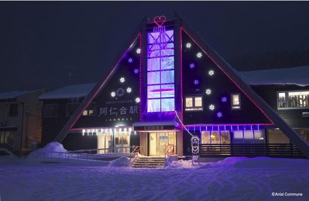 【写真】雪が残る駅舎がライトアップされている姿は幻想的だ
