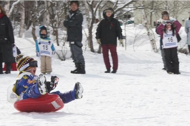 【写真】スキーができない子供も楽しめる「ソリリンピック滑走距離大会」