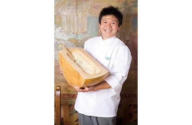 「濃厚な味が好みの方にはパルミジャーノチーズをたっぷりサービスしますよ!」と、「IL BOCCALONE」シェフの岩田さん